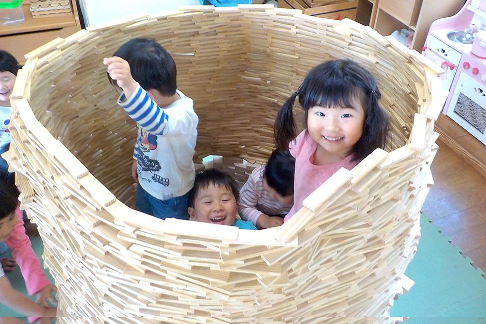 フレーベル教育思想に基づき積み木作りから学ぶ